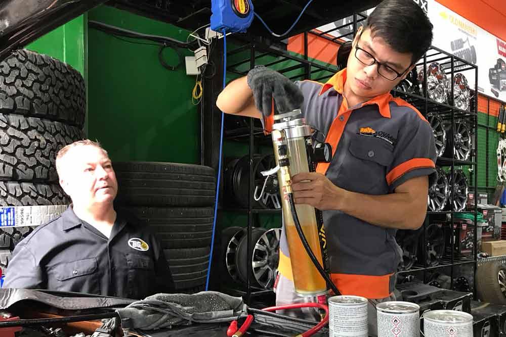 chuyên gia từ BG (Mỹ) đang kiểm tra trực tiếp quá trình súc béc cho Ford Ranger