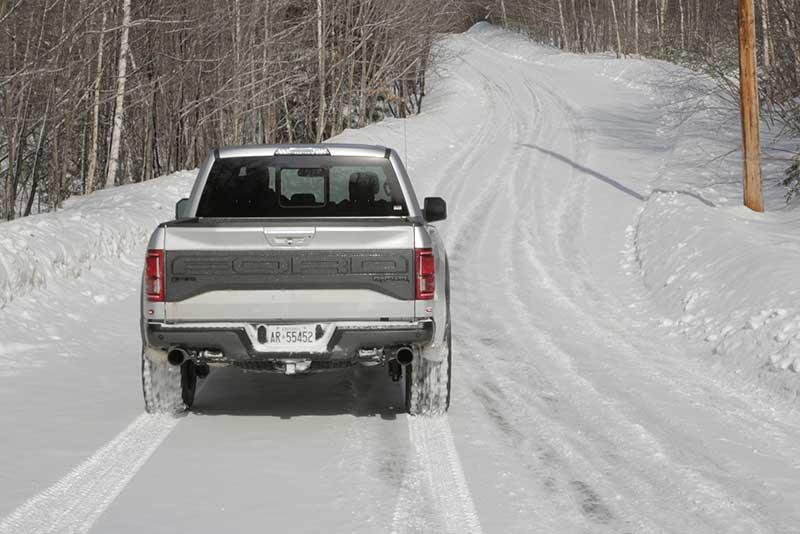 Ford F150 Raptor với Lốp BFGoodrich di chuyển trên đường tuyết